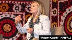 Ҳиллари Клинтон Душанбеда фуқаролик жамияти вакиллари билан учрашди.