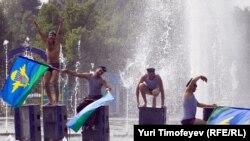Бывшие десантники отмечают день ВДВ в фонтане Парка Горького