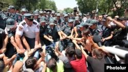 Полиция демонстранттарды Баграмян даңғылынан ығыстырып жатыр. Ереван, 6 шілде 2015 жыл.