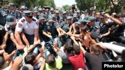 Ոստիկանները հեռացնում են ցուցարարներին Բաղրամյան պողոտայի բանուկ մասից, Երևան, 6-ը հուլիսի, 2015թ․