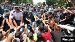 Ոստիկանները հեռացնում են ցուցարարներին Բաղրամյան պողոտայից, Երևան, 6-ը հուլիսի, 2015թ․