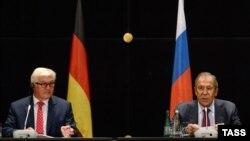 Россия Ташқи ишлар вазири Сергей Лавров германиялик ҳамкасби Франк-Вальтер Штайнмайер билан.