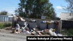 Переполненные мусорные контейнеры в частном секторе. Жезказган, 13 августа 2013 года.
