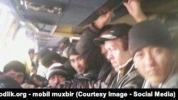 Узбекские мигранты возвращаются на автобусе из России в Узбекистан.