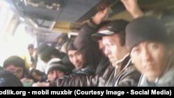Узбекские мигранты возвращаются из заработков в России.