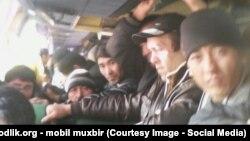 Узбекские мигранты, возвращающиеся с заработков в России, архивное фото.