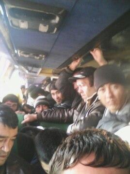 Рабочие-мигранты из Узбекистана едут в Россию на автобусе