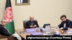 محمد اشرف غنی در جریان کنفرانس ویدیویی با والیان