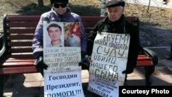 Супруги-пенсионеры Валентина Тарасова и Владимир Тарасов на акции протеста. Усть-Каменогорск, 22 марта 2016 года.