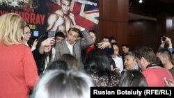 Казахстанский боксер Геннадий Головкин во время встречи со своими поклонниками в Назарбаев Университете. Астана, 22 ноября 2014 года.
