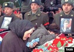 """Туыстары 2000 жылы тамызда """"Курск"""" атом сүңгуір қайығында қаза тапқан теңізшілерді жоқтап тұр. Курск, Ресей, 7 қараша 2001 жыл."""