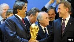 Sheikh Hamad bin Khalifa Al-Thani nga Katari, Igor Shuvalov nga Rusia dhe Sep Blatter nga FIFA, gjatë ceremonisë për zgjedhjen e organizatorëve të kampionateve botërore të futbollit 2018 dhe 2022 [ 2 dhjetor 2010]