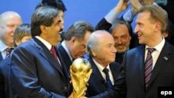 Šeik Hamad bin Khalifa Al-Thani, emir Katara, ruski zamjenik premijera Igor Shuvalov i predsjednik FIFA-e Joseph S. Blatter tokom proglašenja domaćina svjetskih kupova