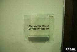 Pločica sa imenom Vaclava Havela po kojem je nazvana glavna urednička sobu u sjedištu RSE