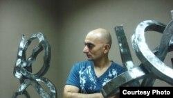 النحات أحمد البحراني بين منحوتاته