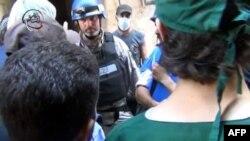 Інспэктар ААН слухае паказаньні чалавека ў Дамаску. Інспэктары дабраліся да месца, дзе, як мяркуецца, была ўжыта хімічная зброя