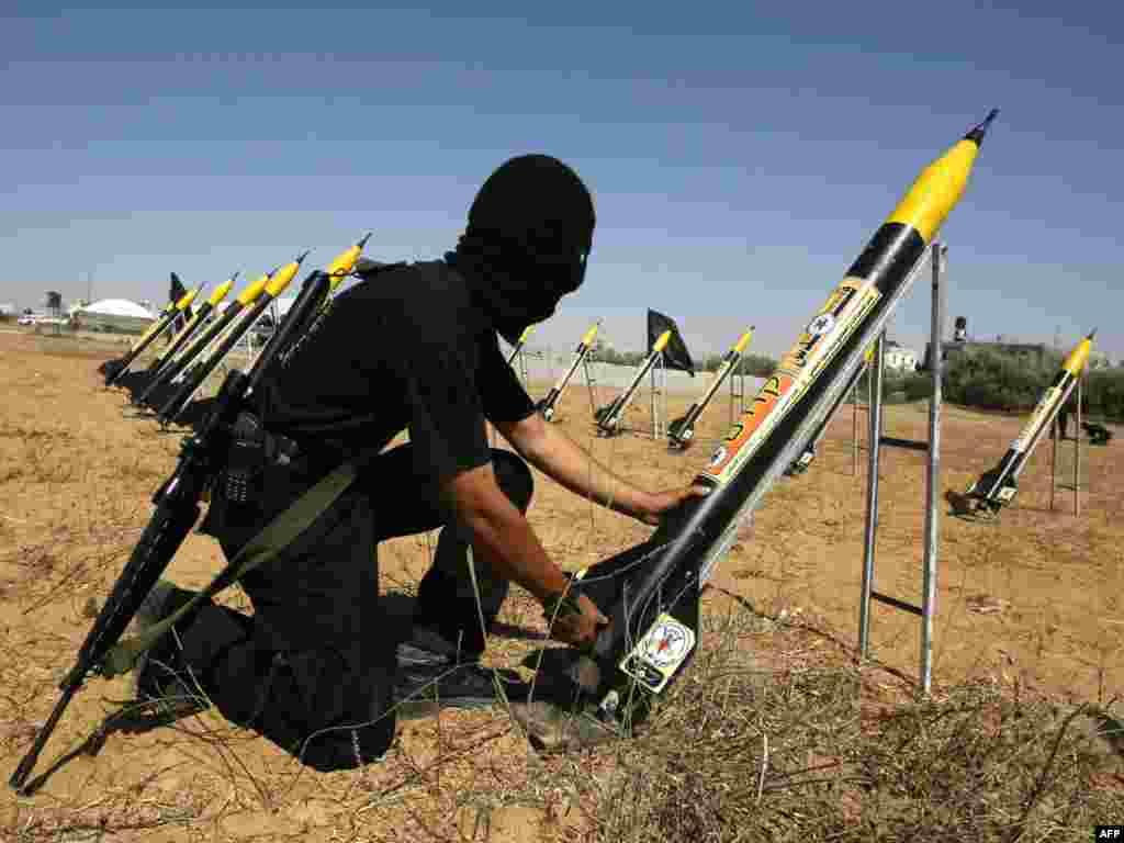 یکی از اعضای جهاد اسلامی در حال تعلیم برای پرتاب راکت در غزه است. اسرائیل اعلام کرده است که دلیل اصلی حملات هوایی به غزه ادامه پرتاب راکت از خاک غزه به اسرائیل است.