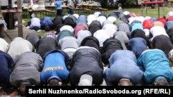 Намаз окуп жаткан мусулмандар.
