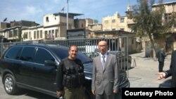 Бабыр Дәуренбектің (оң жақта) Қазақстанның Сириядағы консулы қызметін атқарып жүрген кезде түскен суреті. Фото автордың жеке мұрағатынан алынды.