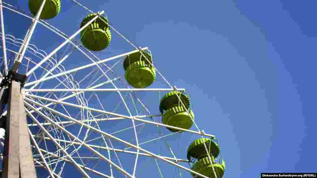 Вольєр із папугами розташований у зоні атракціонів, біля колеса огляду
