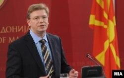 """Еврокомесарот Штефан Филе """"затрупан"""" со писма од Македонија."""
