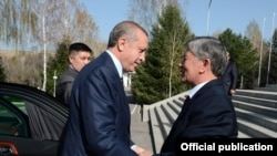 Түркия президенті Режеп Ердоған (сол жақта) мен Қырғызстан президенті Алмазбек Атамбаев. Бішкек, 10 сәуір 2013 жыл.