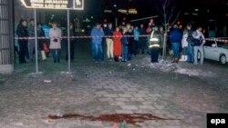 Люди на месте убийства премьер-министра Швеции Улофа Пальме. Стокгольм, 1 марта 1986 года.