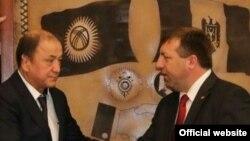 Кыргызстан жана Молдова ички иштер министрлери - Мелис Турганбаев жана Олег Балан. Кишенев, 16-ноябрь, 2015-жыл.