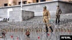 Уличная арт-композиция с манекенами в форме российских военных. Событие происходит после августовской войны 2008 года