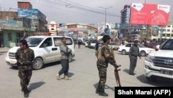 Авганистанските безбедносни сили го обезбедуваат местото во близина на нападот