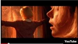 """Lars von Trierin """"Dogvill"""" filmindən bir səhnə."""