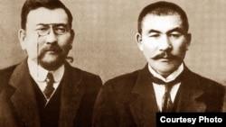 «Алаш» партиясының жетекшілері Ахмет Байтұрсынұлы (сол жақта), Әлихан Бөкейхан (оң жақта).