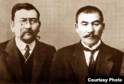 """""""Алаш"""" партиясының жетекшілері (солдан оңға): Ахмет Байтұрсынұлы мен Әлихан Бөкейхан."""