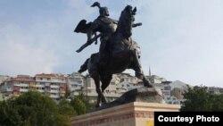 Памятник Манасу в Стамбуле.