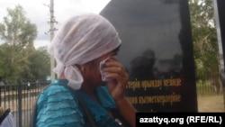 Қызмет бабымен жүріп қаза тапқан полицейлерге қойылған ескерткіштің ашылу рәсімінде көзіне жас алып тұрған әйел. Шұбарши ауылы, Темірауданы, Ақтөбе облысы, 22 маусым 2012 жыл.