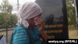 Полицейлер ескерткіші жанында жылап тұрған ана. Ақтөбе облысы Шұбарқұдық кенті. 22 маусым 2012 жыл.