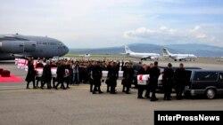 Վրաստան - Աֆղանստանում զոհված վրաց երեք զինծառայողների մարմինները տեղափոխվում են հայրենիք, Թբիլիսիի օդանավակայան, 16-ը մայիսի, 2013թ.