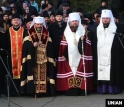 Глави двох церков – УГКЦ Святослав Шевчук (другий зліва) і ПЦУ Епіфаній (третій зліва) – під час вшанування жертв Голодомору-геноциду в Україні 1932–1933 років. Київ, 23 листопада 2019 року
