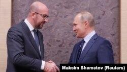 Vladimir Putin (dreapta) și Charles Michel (stânga) la Moscova, ianuarie 2018