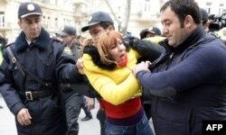 Bakı polisi devalvasiyaya qarşı aksiyanı dağıdır. Fevral, 2015
