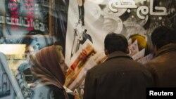 Ақша айырбастау орнының алдында тұрған адамдар. Тегеран, 3 қаңтар 2012 жыл. (Көрнекі сурет)
