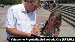 Олександра Дворецька підписує протокол про судову заборону флеш-мобу в Сімферополі, 15 серпня 2011 року