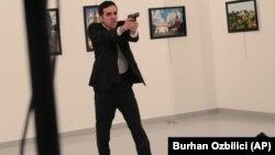 Ресейдің Түркиядағы елшісі Андрей Карловты атқан адам оқиға кезінде. Анкара. 19 желтоқсан, 2016 жыл.