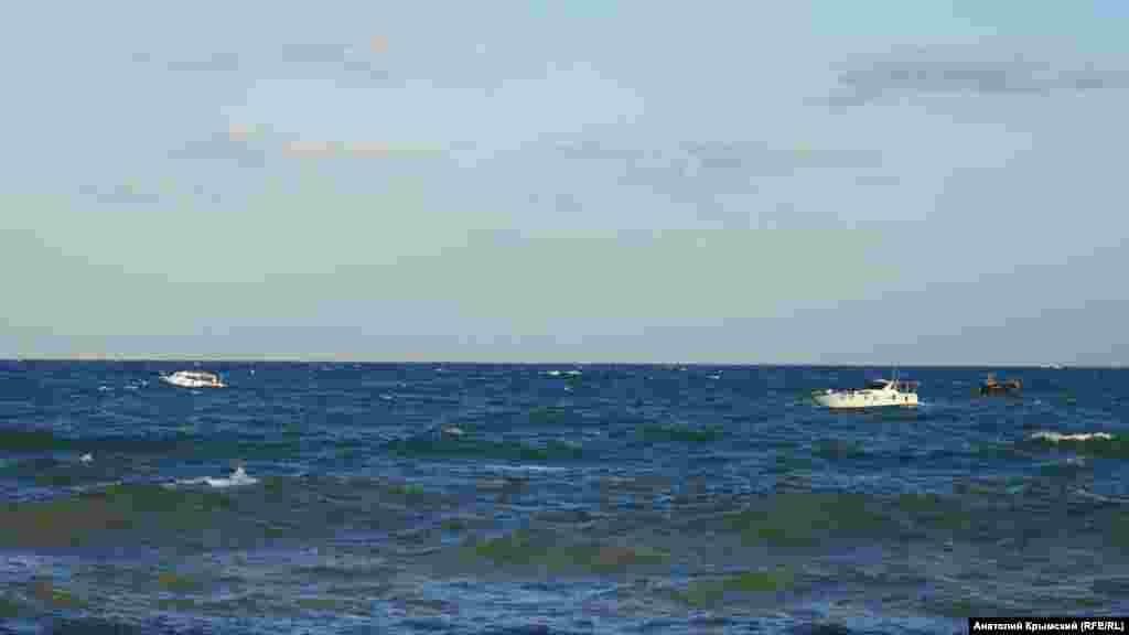 Катери і яхти поставили на якірну стоянку подалі від берега