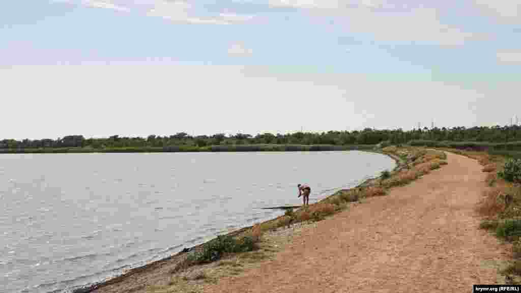 Довжина озера – майже два кілометри, ширина – трохи менше одного кілометра