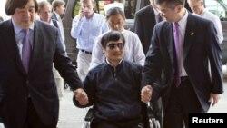 Чен Гуангчен 2 май куни Пекиндаги касалхонага АҚШ элчиси Гэри Лок ҳамроҳлигида олиб келинди.