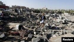 Руїни будинків після авіаудару поблизу аеропорту Сани, Ємен, 26 березня 2015 року