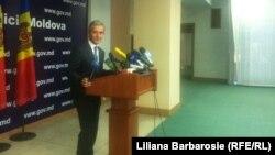 Premierul moldovean vorbind presei după convorbirile cu vicpremierul rus, care a refuzat să de declarații jurnaliștilor.