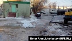 Павлодардағы су құбыры желісінде болған апаттан көшеге жайылған су. 13 ақпан 2017 жыл.