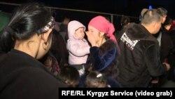 Пересекающие границу и переходящие в Кыргызстан этнические дунгане. 8 февраля 2020 года.